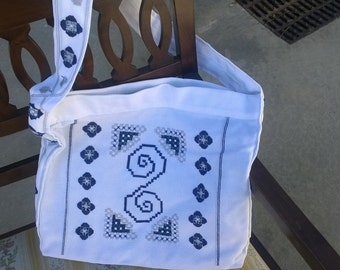 Bag white cloth embroidered in blue Hardanger 'and gray