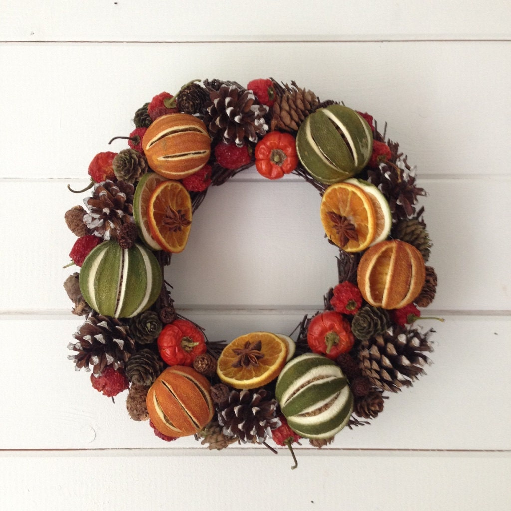 Festive dried fruit christmas willow wreath whole green limes for Fruit orange decoration