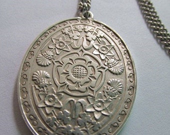 Vintage sterling silver pendant chain necklace Queen's silver jubilee commemorative royalty monarchy estate.