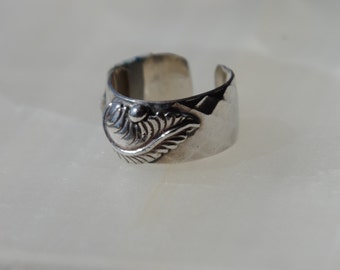 Silver band with leaf accent