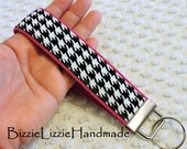 Key Fob - Wristlet Key Chain - Wrist Lanyard - Fabric Key Chain - Hot Pink and Black - Handmade Wristlet - Houndstooth Check - Ladies Fob