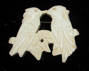 Vintage Ivory Colored Carved Celluloid Pin Brooch of Two Birds Doves Kissing, 40s, Sweetheart gift, collectible, jewelry