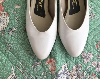 Vintage 80s WHITE LEATHER Kitten Heels - Easy Spirit Womens Size 8