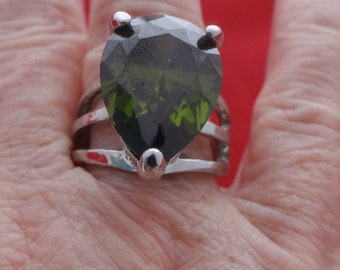 Vintage size 9.5 silver tone ring w olive green rhinestone in  great condition, appears unworn