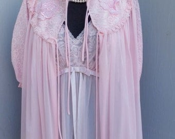 Vintage 60s/70s GM robe, PINK Lace Robe, Romantic & Feminine Robe, Lace collar and Sleeves, Size Medium