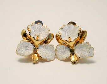 Vintage white flower earrings.  Clip on earrings