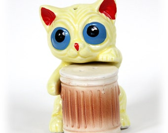 Alley Cat and Trash Can Salt and Pepper Shakers, Collectible Shaker Set, Yellow Cat, Vintage Japan