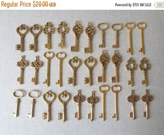 BLACK FRIDAY SALE Keys to the World - Gold Skeleton Keys - 30 x Large Vintage Keys Antique Gold Bulk Skeleton Keys Skeleton Gold Wedding Key