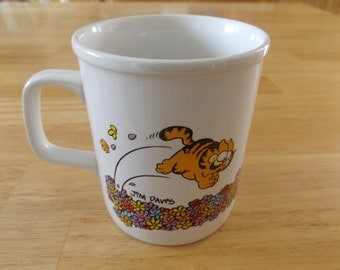Vintage Ceramic Garfield Playing in a Bed of Flowers Mug/Cup / Jim Davis / Enesco / United Feature 80's