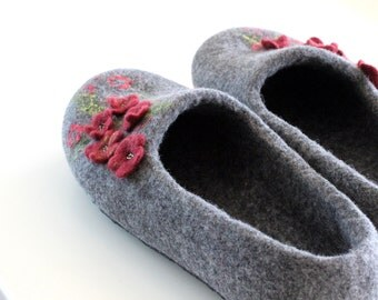 Houseshoes, valenki, filzpantoffeln, filz, bedroom slippers, wet felted slippers, felted wool clogs, chaussons, shoes with dark red flowers