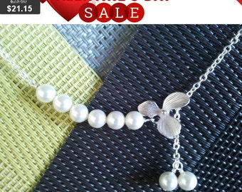White Pearls and Flower Necklace