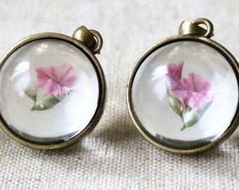 2 pcs of hand made pendant  brass setting fit with glass cabochon and real dry flower inside 20mm-antique bronze