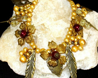 1 gold-coloured necklace with bronze leaves