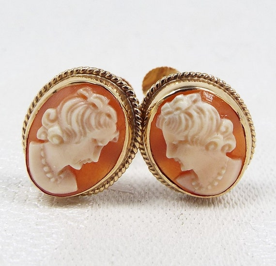 SALE! Vintage / Classic 9ct Gold Carved Cameo Ladies Framed Screw Back Earrings
