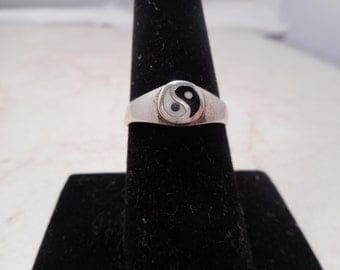 Vintage Ying-Yang Sterling Silver Ring Size 7.5 Signed