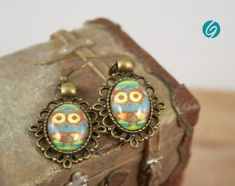 Funny borwn, green, yellow and blue owl - vintage alliage pendant earrings - oval 13x18 mm black cabochon -Quebec handmade by Créations GEBO