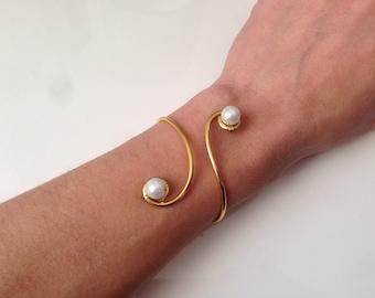 Golden bracelet white arabesques Pearly beads aluminium
