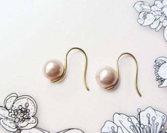 Pink shell pearl earrings/pink pearl earrings/pearl earrings/simple pearl earrings/minimalist earrings