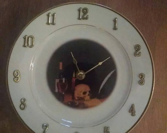 The skull clock - 8 inches