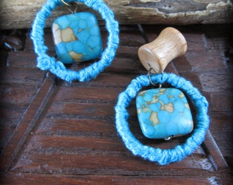 0g wood plugs w/blue hoops