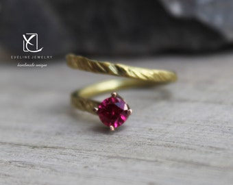Gold ring with ruby zirconia hammered unikat jewelry