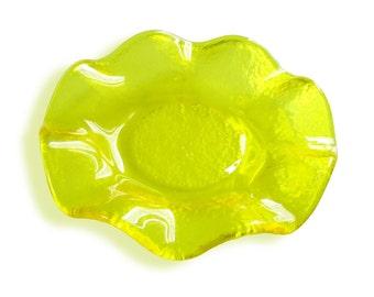 Round favor box with scalloped lemon yellow Murano glass