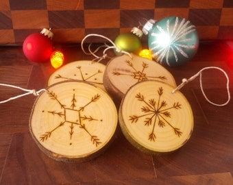 Set of 4 wooden Christmas tree ornaments with snow flakes, rustic, decoration, personalized, custom - Set 4 boules de noel, bois, flocons