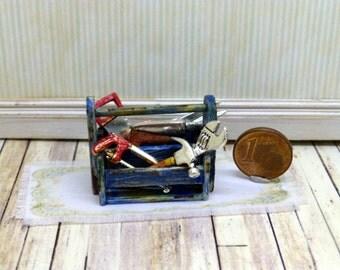 Wooden box with tools. Caja de madera con  herramientas.