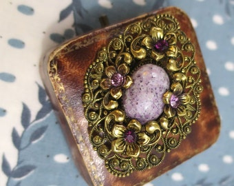 1950's Vintage Czechoslovakian Gold-Tone Floral Filigree Brooch with Speckled Lilac Art Glass Cabochon