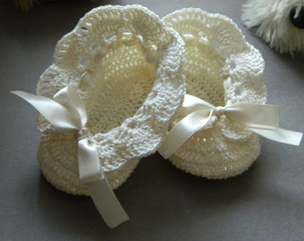 Crochet christening booties Crochet baby booties Baptism ivory shoes Newborn baby booties Crochet baptism accessories Christening outfit
