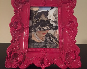Super cool vintage fuschia ceramic heavy frame with a picture of black vintage hat