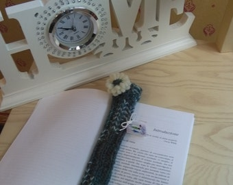 Bookmark green and white wool