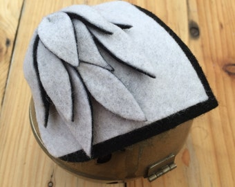 WEIB . Black and white felt fascinator