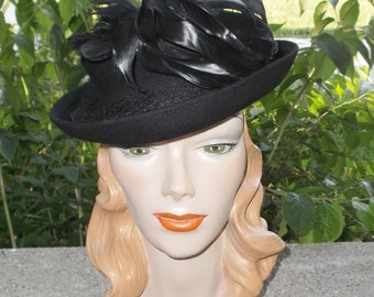 1940s Vintage Black Felt Tilt Hat with Coq Feathers 22 1/2