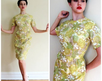 Vintage 1950s Floral Print Yellow Green Dress / 50s Short Sleeved Wiggle Dress in Flower Print / Small
