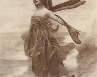 Anna Pavlova as Dragonfly, Photo probably by H. Mishkin of New York. Published by Ross Verlag.