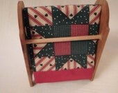 DOLLHOUSE QUILT & RACK / Wood / Barbie / Ken / Doll / Country Accessories / Miniatures / Play Scale / Toys / Diorama / Shadowbox / Lot / Set