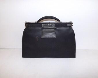Vintage 1940s faux leather black gladstone doctors ladies grab handbag bag with working lock and key
