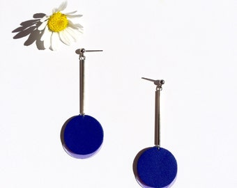 Dangle earrings in electric blue leather and purple plastic