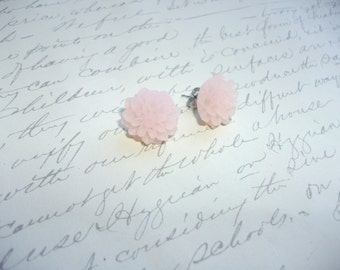 Peachy pink flower earrings