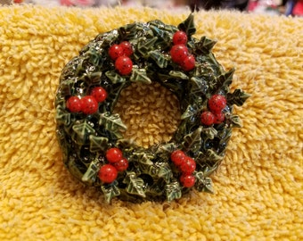 Vintage Plastic Wreath Pin/Brooch