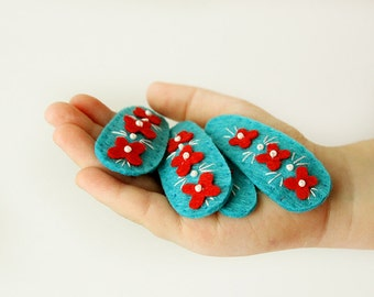 Felt hair clip - sky blue - red flowers