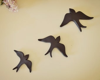 Pack of 3 black swallows in different sizes. 3 bird wall hangings in black
