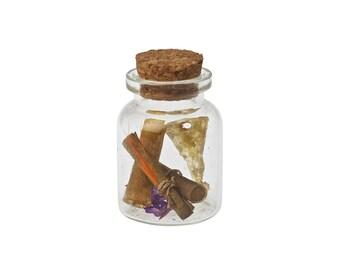 Botellita de vidrio con pergaminos, pluma y llave todo hecho a mano