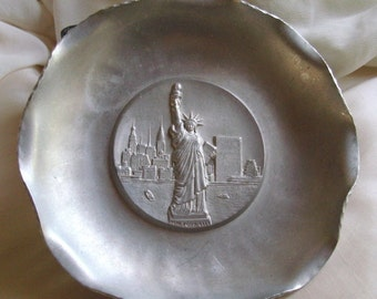 """1960's """"ALPHA SWITZERLAND"""" -Delightful, quality,orig.,vintage aluminium display wall plaque featuring the Statue of Liberty. ONE owner only."""