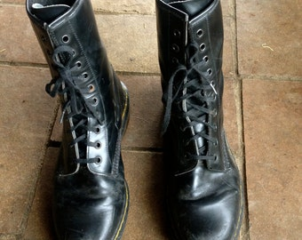 Vintage 1990's Goth Grunge Doc Martens combat boots//Lace up black leather ankle boots// 7.5 US
