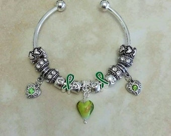 Green Ribbon Glass Heart Antique Charms Silver Plated Bangle 7.5 Inches
