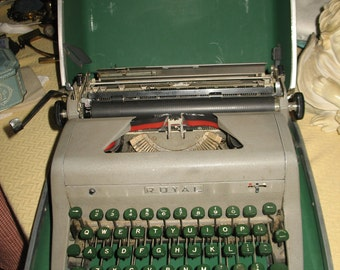Typewriter portable manual royal (quiet luxury) 1940/50