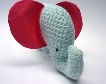 Minty green plush elephant (20 x 12 cm)
