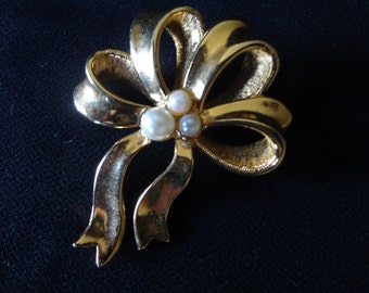 Vintage Avon Ribbon Brooch  Pin with Faux Pearls in a Gold-tone Metal